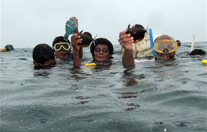 Fiji fishers showing off catch during a periodic harvest from their closure. © Stacy Jupiter/WCS